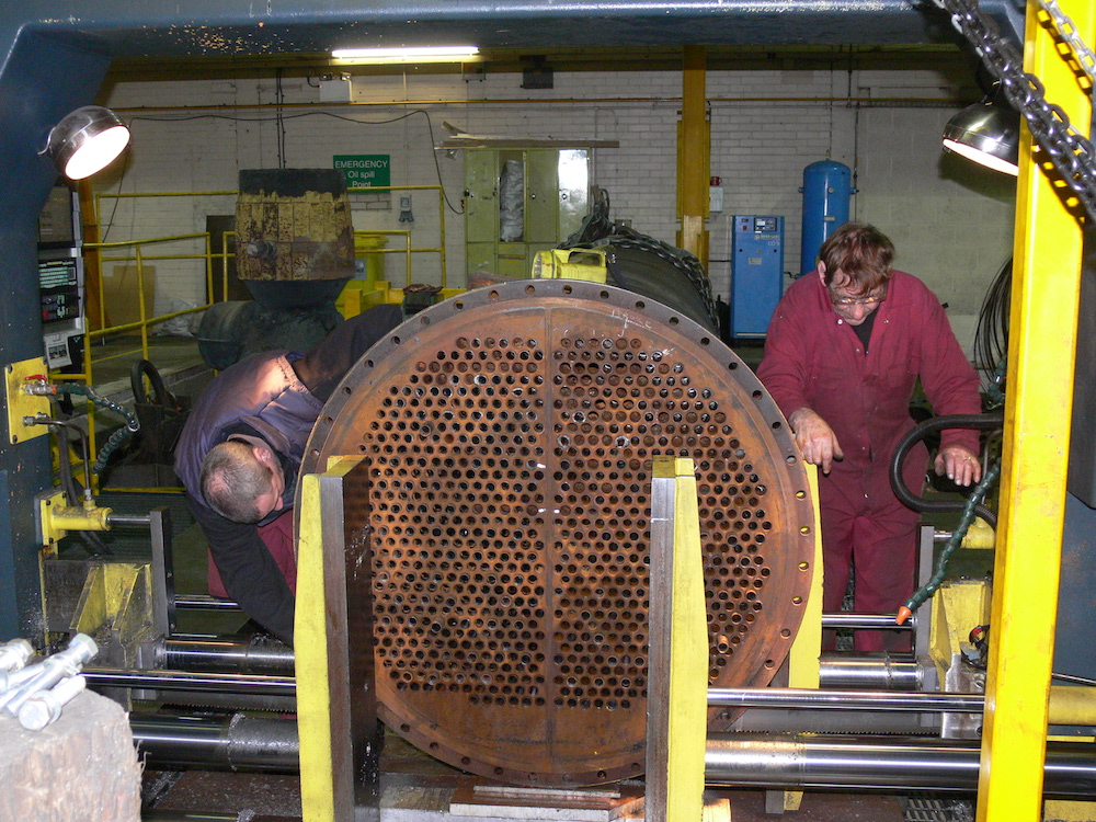 Heat exchangers with casing end plate